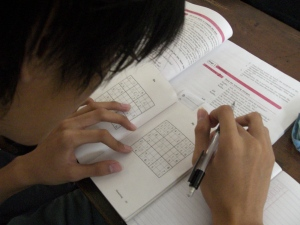 pusing mikirin pelajaran tapi masih sempet pusing main sudoku